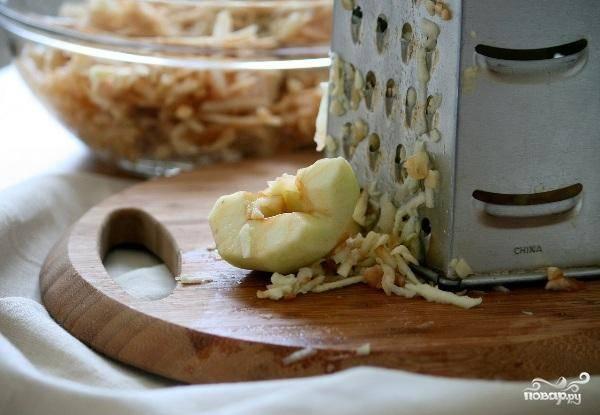 Яблоки моем, очищаем от кожуры и сердцевин, а затем натираем на крупной терке.