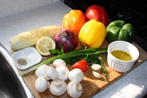 1. Вот все ингредиенты, которые нам понадобятся во время готовки. В данном случае будут использованы лук, початки кукурузы, сладкий перец и шампиньоны. Вы можете выбрать абсолютно любые овощи, которые вам по душе.