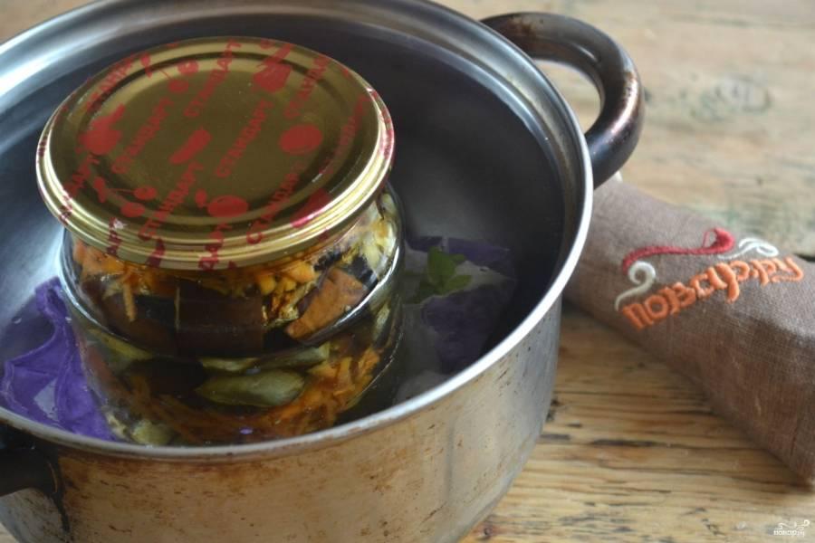 Залейте овощи горячим маринадом. Банку накройте металлической крышкой и поставьте в небольшую кастрюльку с водой, застелив дно полотенцем. Стерилизуйте банки 10 минут.