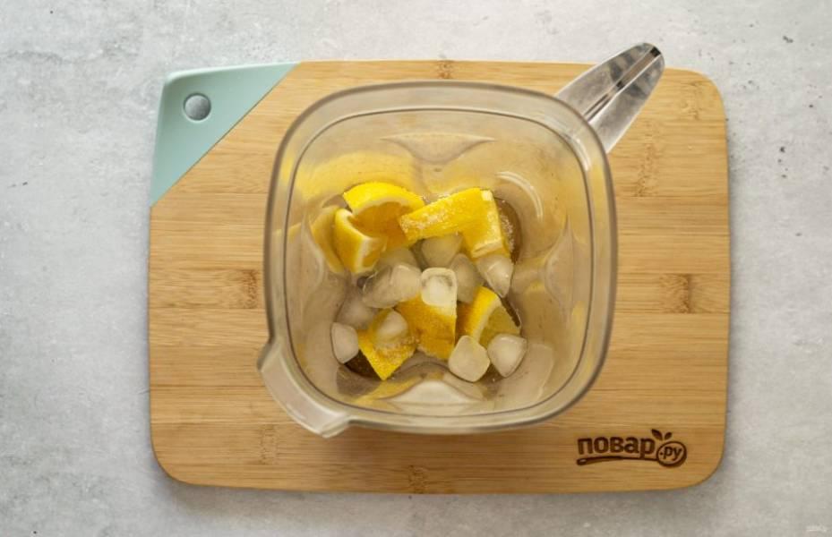 В блендер сложите лимон, сахар и лед. Измельчите вместе с водой до однородной консистенции.