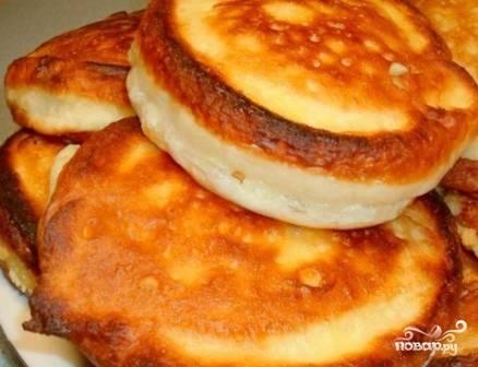 Готовые горячие оладьи можно смазать сливочным маслом.