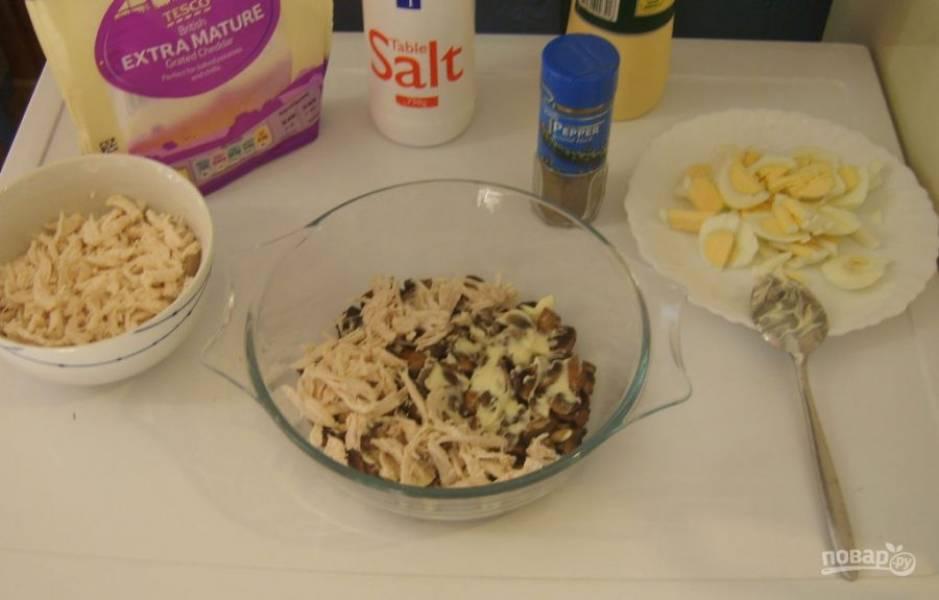 7.Смазываю грибы тонким слоем майонеза, затем кладу куриное мясо (половину).