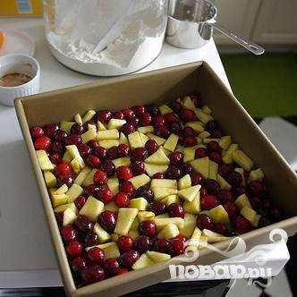 3. Выложить в подготовленную форму клюквенно-яблочную смесь.