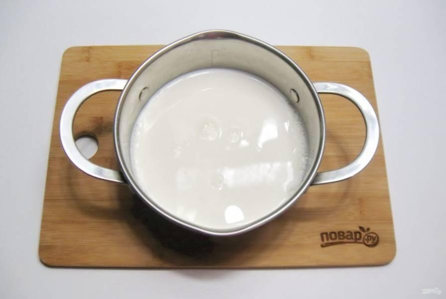 Приготовим заварной крем. В кастрюлю налейте молоко и поставьте на плиту.