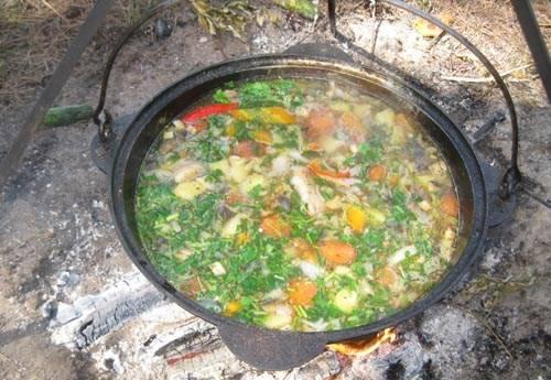 5. В самом конце добавим зелень и снимаем суп с огня. Приятного аппетита!