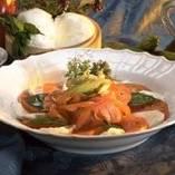 Разложите помидоры и моцареллу поочерёдно на тарелку, и уложите овощи с тимьяном по середине. И украсьте блюдо свежими листьями базилика и ореганом.