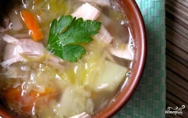Затем всыпьте соль, перец, сахар. Доведите до кипения и выключайте. Дайте супу настояться под крышкой около 15 минут. Приятного аппетита!
