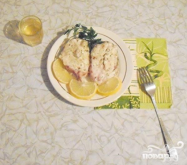 5.Минут на сорок пять – пятьдесят ставим кефаль запекаться в духовой шкаф. После вынимаем и украшаем зеленью и кусочками лимона. Блюдо готово.