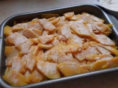 Разогрейте духовку до 180 градусов. Форму, в которой будете готовить, смажьте растительным маслом. Выложите в неё тыкву. Полейте соусом и присыпьте панировачными сухарями. Запекайте тыкву до мягкости, на это уйдёт около 20-30 минут.