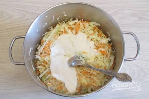Добавляем заправку к капусте с морковкой и хорошо перемешиваем.