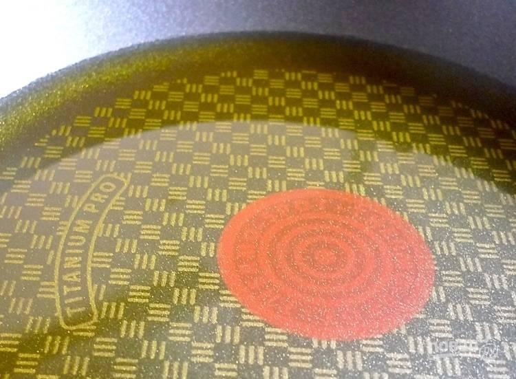 4.В сковороду налейте оливковое масло и отправьте ее на огонь.