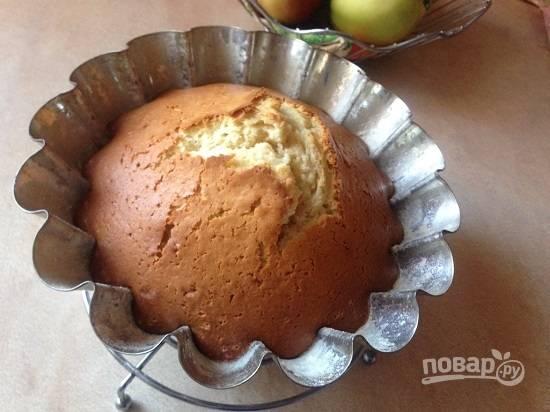 И выпекаем в разогретой до 180 градусов духовке от 45 минут до часа. В форме с дырочкой кекс выпекается быстрее. В любом случае проверяем готовность кекса деревянной зубочисткой. Даем кексу чуть остыть в форме.