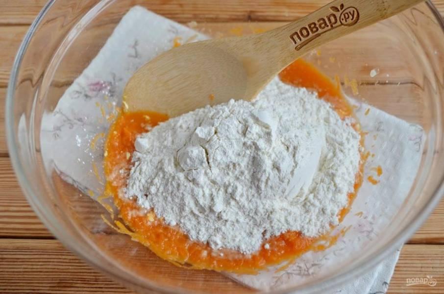 4. Добавьте посеянную пшеничную муку, замесите не крутое тесто.