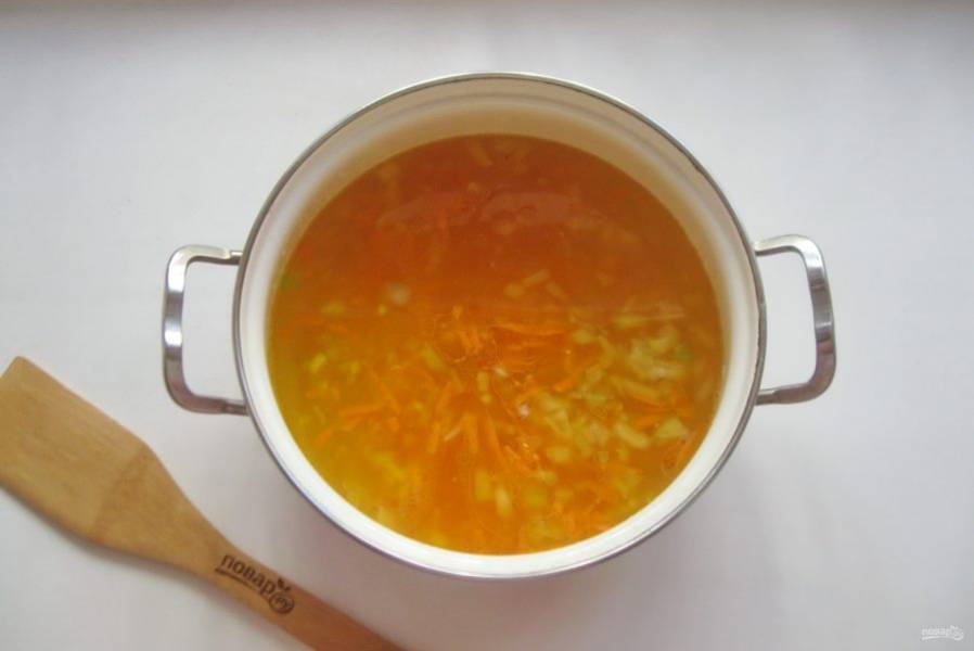 Морковь натрите на терке, а лук мелко нарежьте. Добавьте в кастрюлю.
