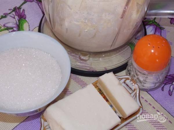 В начинку добавьте сахар, маргарин и соль. Творог ещё раз переработайте в блендере.