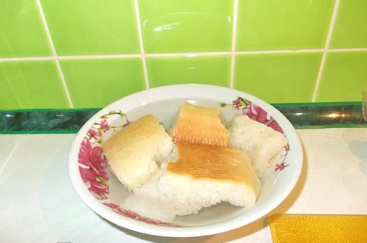Размочите белый хлеб. Можно использовать обычную воду или немного молока. Отожмите из хлеба лишнюю жидкость и пропустите через мясорубку. Смешайте хлеб с фаршем.