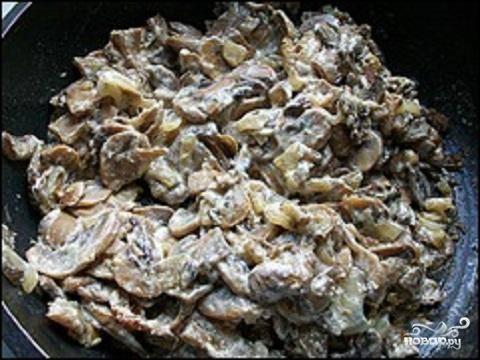6.Когда сметана выкипит, блюдо считается готовым.  Подают это блюдо горячим, с картофельным пюре и деревенским хлебом.