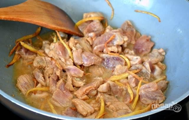 3. Добавьте мясо и продолжайте жарить, помешивая, до полной готовности на среднем огне.
