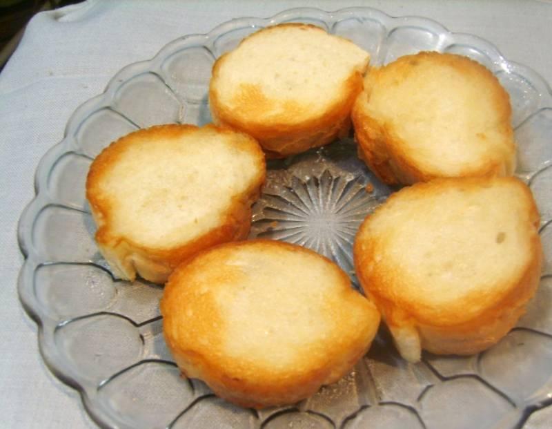 Нарежьте багет и слегка обжарьте кусочки на сковороде.