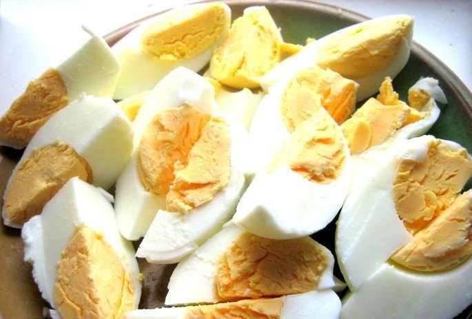 7. Нарезаем яйца, выкладываем следующим слоем. Делаем из картофеля пюре, но без добавления масла и молока.