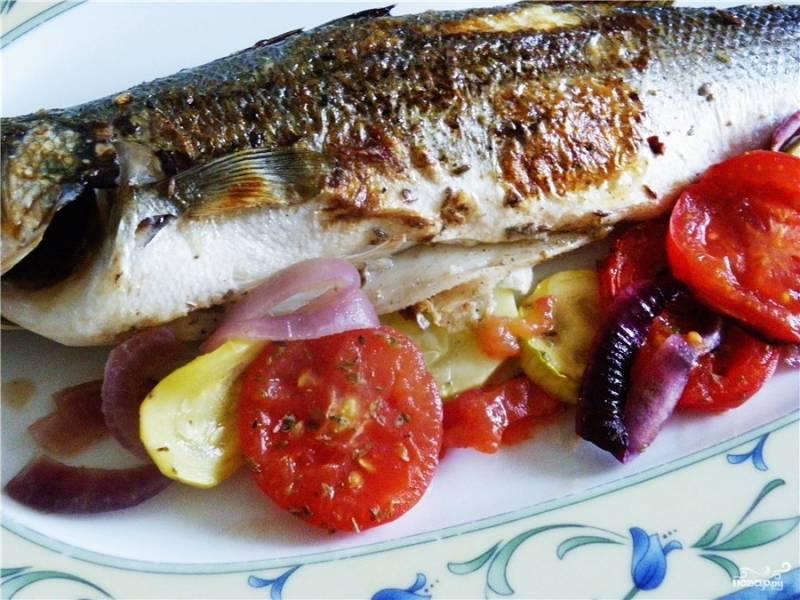 Запекать рыбу в духовке нужно около 20 минут при температуре 180 градусов. По желанию за 5 минут до готовности на овощи можно насыпать немного натёртого пармезана. Готовое блюдо выложите на тарелку так, чтобы раба была поверх овощей.