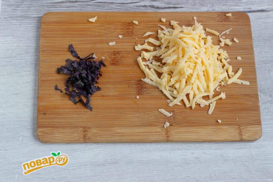 Базилик мелко нарежьте, сыр натрите на терке.