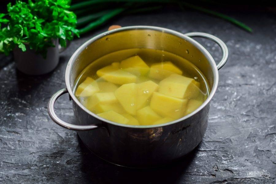 Переложите картофель в кастрюлю, добавьте воду и поставьте на огонь. Варите картофель 20 минут, до готовности.