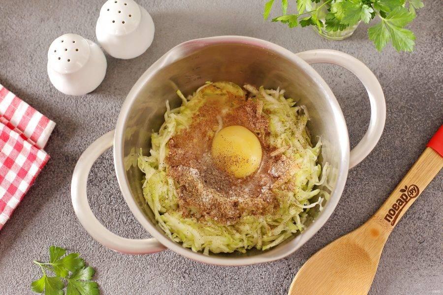 Добавьте льняную муку, яйцо, соль и молотый перец по вкусу.