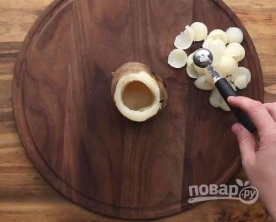 """Достаем картошку из духовки и немного остужаем. Затем отрезаем """"попки"""" с двух сторон. С помощью ложки вытаскиваем мякоть картошки, но так, чтобы не повредить стенки, и оставляем дно."""
