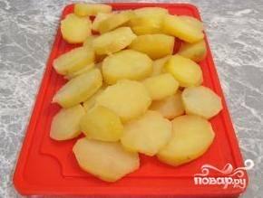 Картофель очистить от кожуры и нарезать кружочками толщиной примерно 1 сантиметр.