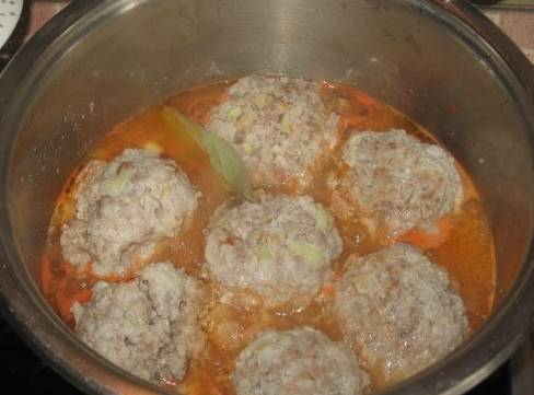 Заливаем кипятком, добавляем соль, томатную пасту и лавровый лист. Тушим под крышкой 15 минут.