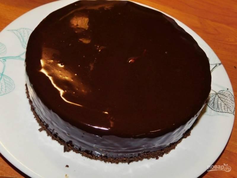 Для глазури растопите шоколад со сливками. Остудите до комнатной температуры и полейте торт.