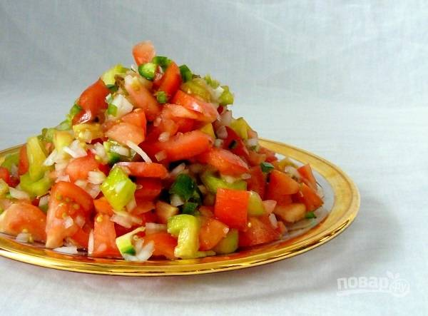 3. Соберите овощи в салатнике или на тарелке, перемешайте.