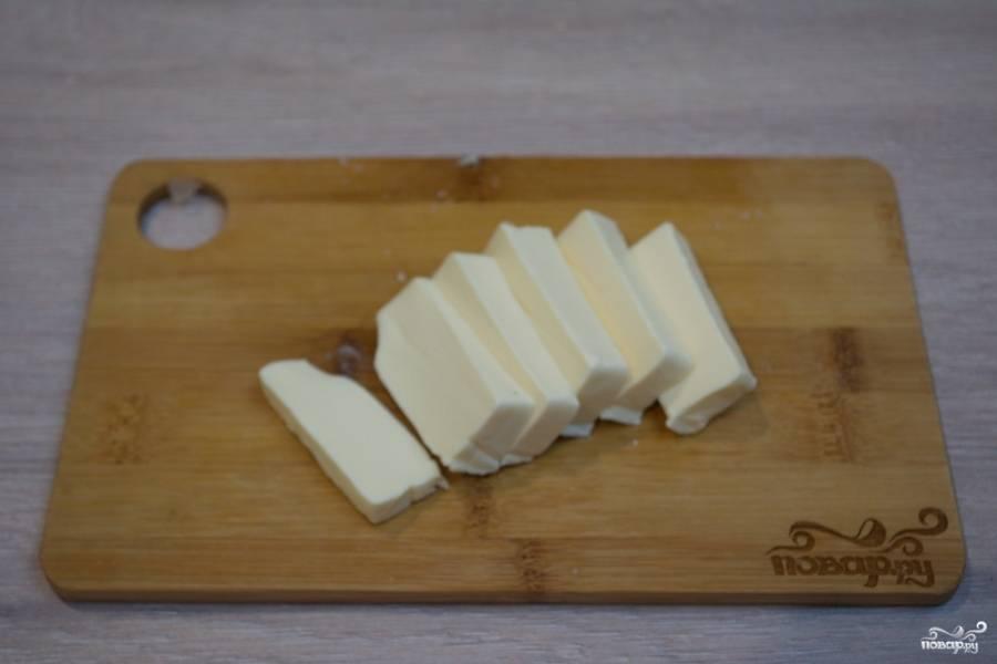 7. Нарежьте на такие, как у меня, или на более мелкие кусочки брикетик плавленого сыра. Нет необходимости размазывать по терке плавленый сыр. Он отлично расходится в хорошо кипящем бульоне. Бросьте сыр в суп. Варите, помешивая. Доведите суп до готовности всех составляющих.