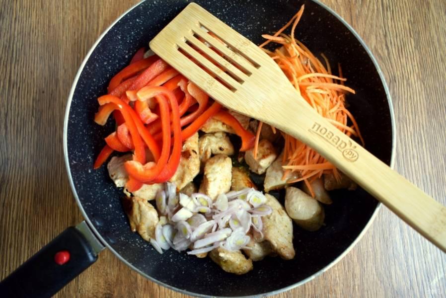 Добавьте перец, половину моркови, лук, соль и слегка обжарьте. Овощи должны остаться хрустящими.