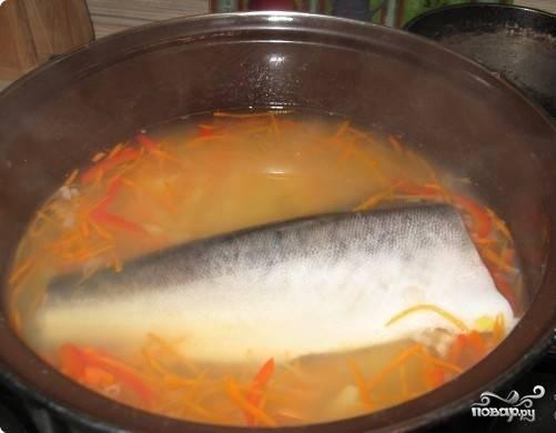 В готовый овощной бульон кладем рыбу (целиком!).