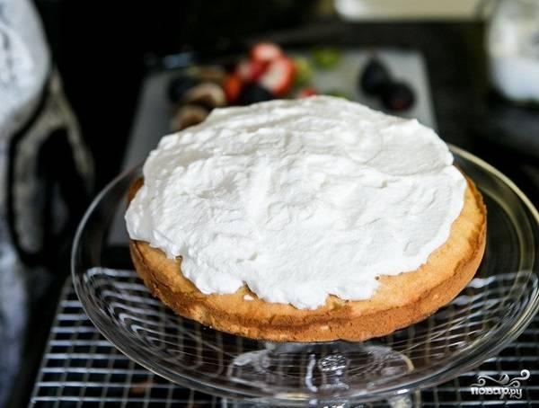 5. Чтобы приготовить крем, взбейте сливки с сахарной пудрой. Бисквит при желании можно пропитать сахарным сиропом. Смажьте готовые коржи обильно кремом.
