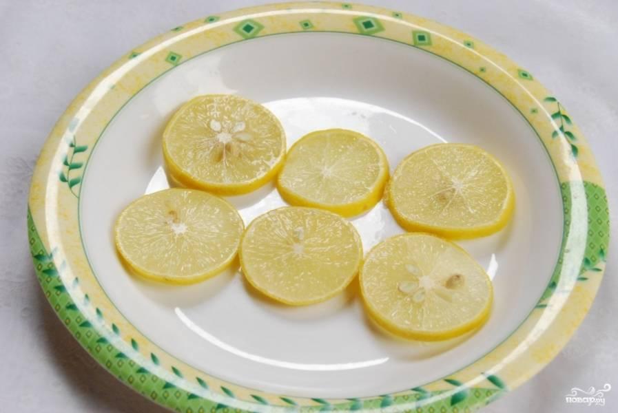 Оставьте лимон в сахаре в стороне на две-три минуты. Сахар должен впитаться. А пока можете заварить чай.