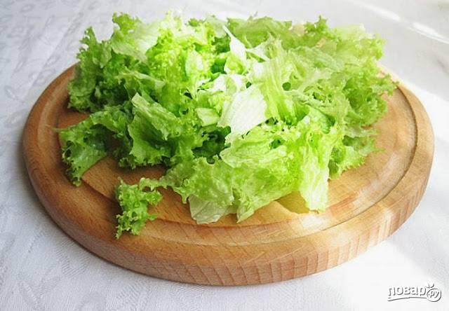 3. А тем временем вымойте листья салата и обсушите.