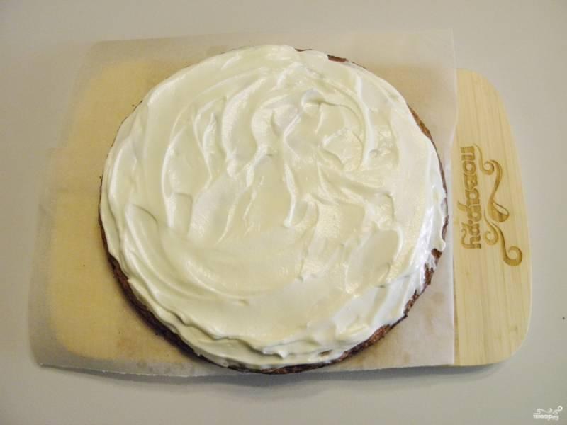 9. Каждый корж густо промазываем кремом, таким образом мы собираем торт.