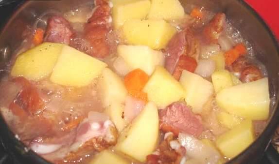 Доводим блюдо до готовности картофеля.
