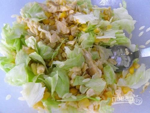 9.Заправляю салат оливковым маслом и уксусом, по вкусу солю и перчу. Хорошенько перемешиваю салат и подаю к столу.