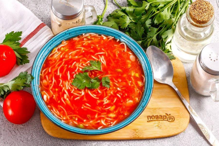 Разлейте красочный томатный суп с вермишелью в глубокие тарелки и подайте к столу теплым.