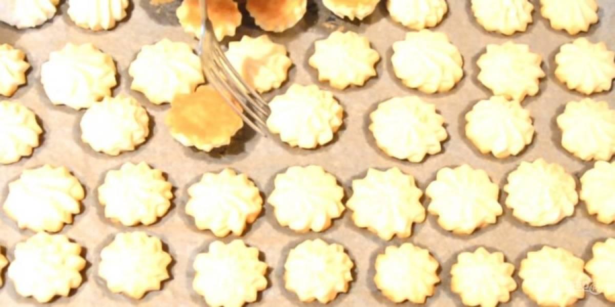 4.  Печенье можно формировать руками или выдавливать на покрытый пергаментом противень с помощью кондитерского мешка. Размещайте печенье плотно на противне, так как оно не увеличивается в объеме во время выпечки.