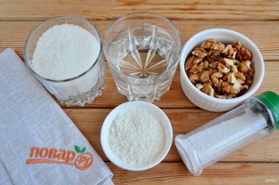 Подготовьте продукты для сиропа и украшения. В воде растворите сахар и лимонную кислоту, доведите до кипения и проварите 1 минуту. Выключите сироп.