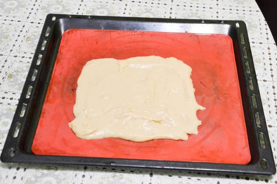 Тесто распределяем на противне равномерно.  Можно использовать пергаментную бумагу, смазанную маслом, для удобства. Ставим в духовку минут на 15 (при 180 градусах).