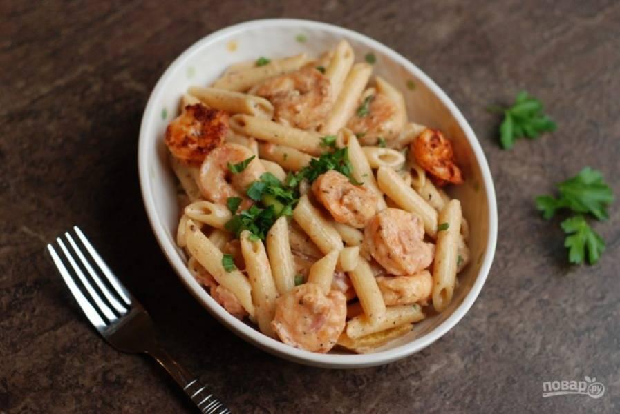 6. Посыпьте макароны нарезанным укропом. Подавайте блюдо горячим.