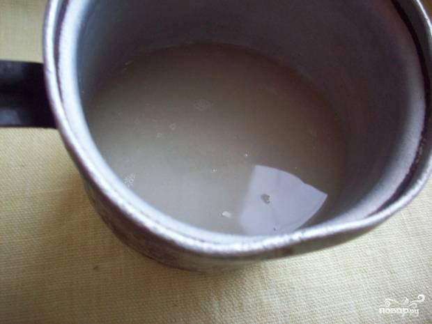 2.В сотейник насыпаем сахар, заливам его водой.