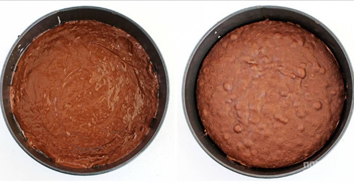 Разлейте тесто по формам и распределите, выпекайте 22-25 минут.