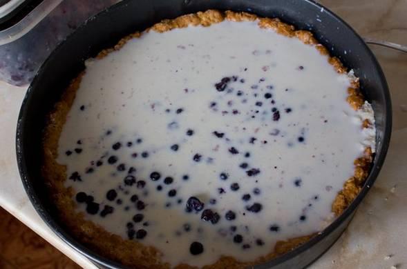 Остудите пирог. Тем временем желатин растворяем в 100 мл. горячей воды и струйкой вливаем в теплое молоко. Перемешиваем молоко миксером. Остывшее молочное желе вливаем на пирог, поверх начинки.